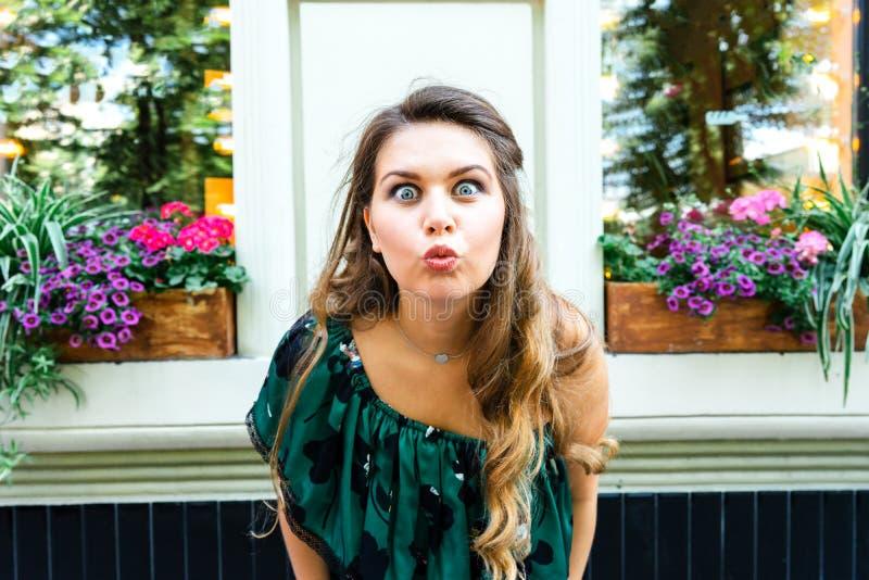 Mujer rubia joven hermosa en un vestido verde del verano imagen de archivo
