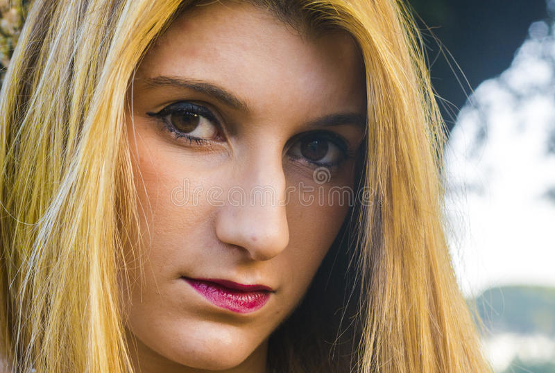 Mujer rubia joven hermosa Retrato foto de archivo libre de regalías