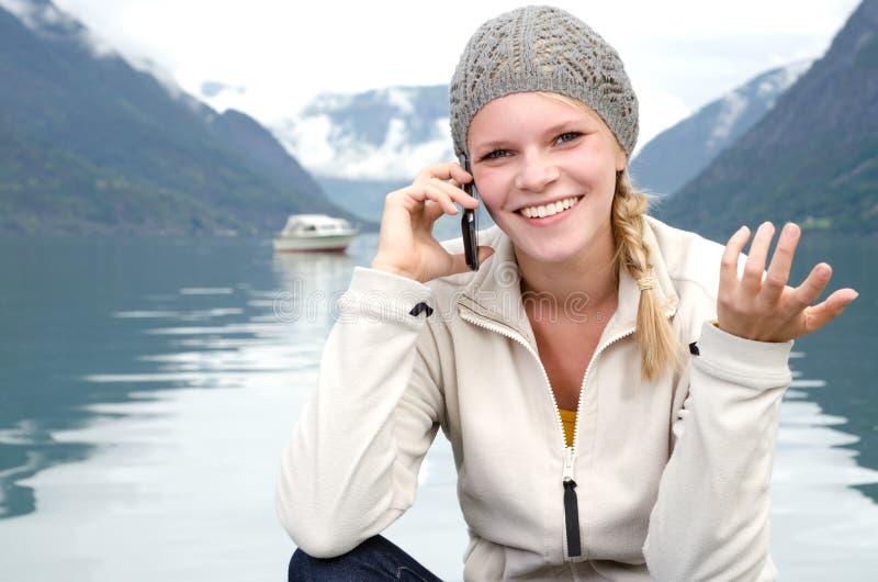 Mujer rubia joven llamada con su Smartphone fotos de archivo libres de regalías