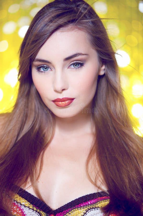 Mujer rubia joven magnífica que mira la cámara fotografía de archivo