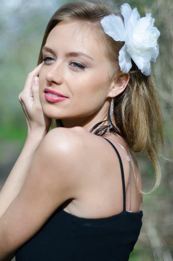 Mujer rubia joven naturalmente hermosa en naturaleza fotografía de archivo libre de regalías