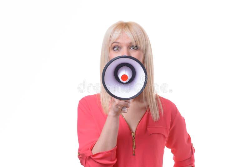Mujer rubia joven que grita en un megáfono fotos de archivo