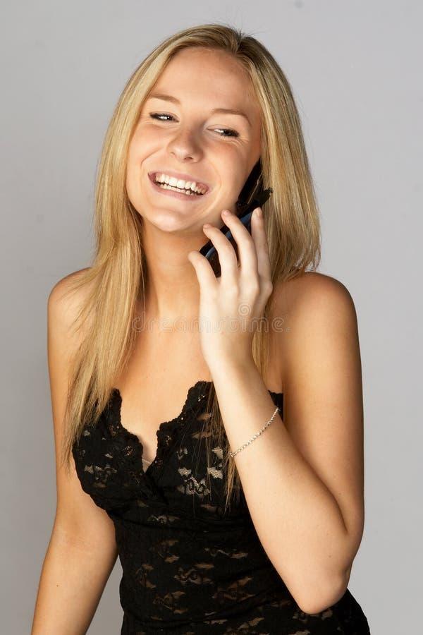 Mujer rubia joven que habla en el teléfono celular imágenes de archivo libres de regalías