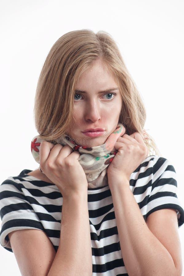 Mujer rubia joven que tiene un frío fotos de archivo