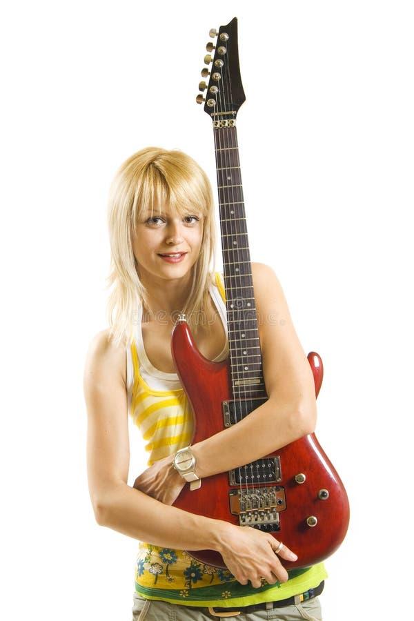 Mujer rubia joven que toca la guitarra eléctrica foto de archivo libre de regalías