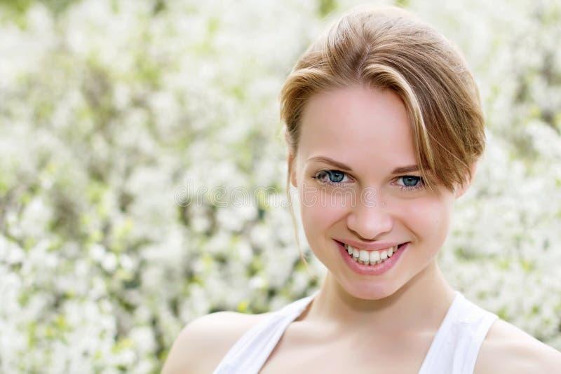 Mujer rubia joven sonriente foto de archivo