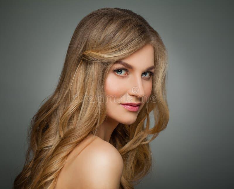 Mujer rubia linda con el pelo sano largo y el retrato claro de la piel fotografía de archivo