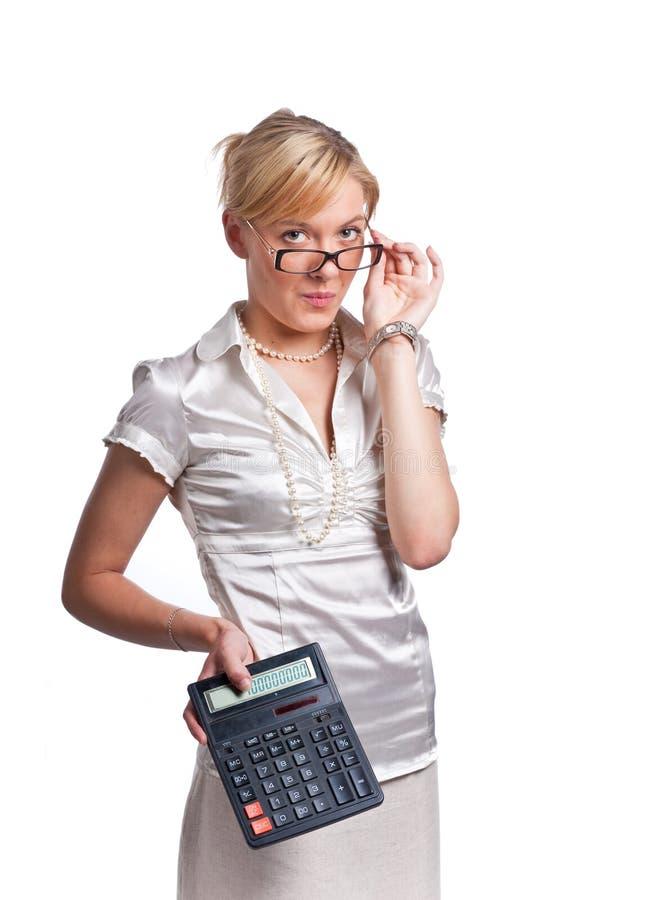 Mujer rubia linda joven de la oficina con la calculadora foto de archivo