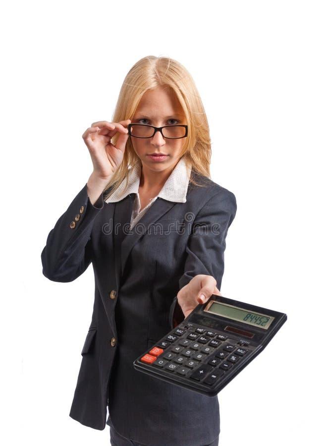 Mujer rubia linda joven de la oficina con la calculadora. ISO foto de archivo libre de regalías