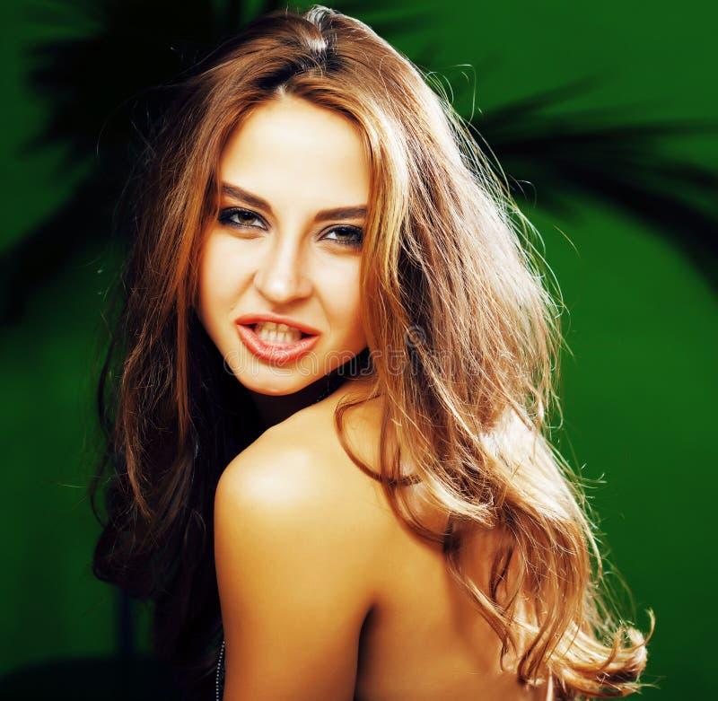 Mujer rubia linda joven en la sonrisa verde del fondo de la palma feliz, imagenes de archivo