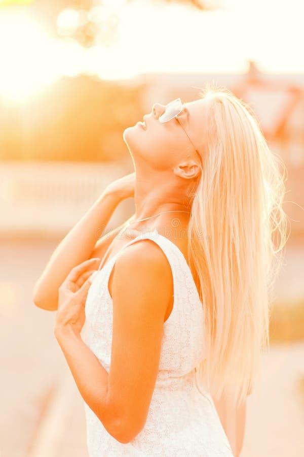 Mujer rubia modelo hermosa joven con las gafas de sol imagen de archivo