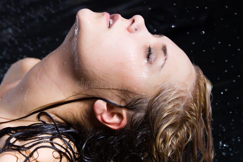 Mujer rubia mojada joven fotografía de archivo libre de regalías