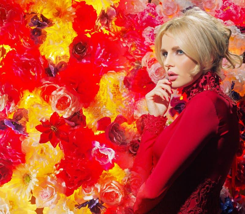 Mujer rubia pensativa vestida en vestido de noche foto de archivo libre de regalías
