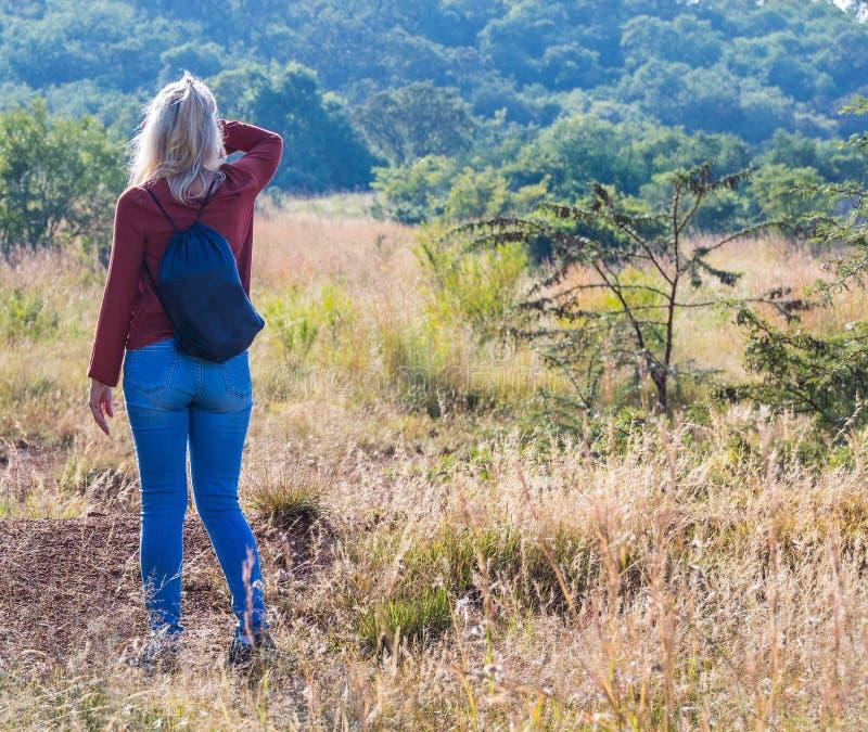 Mujer rubia que camina en el gran aire libre africano foto de archivo