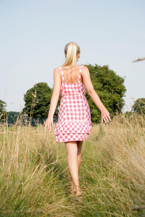 Mujer rubia que camina en naturaleza imagen de archivo
