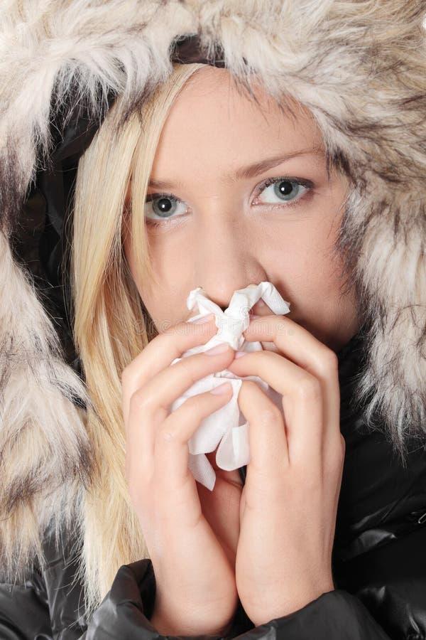 Mujer rubia que estornuda imagen de archivo libre de regalías