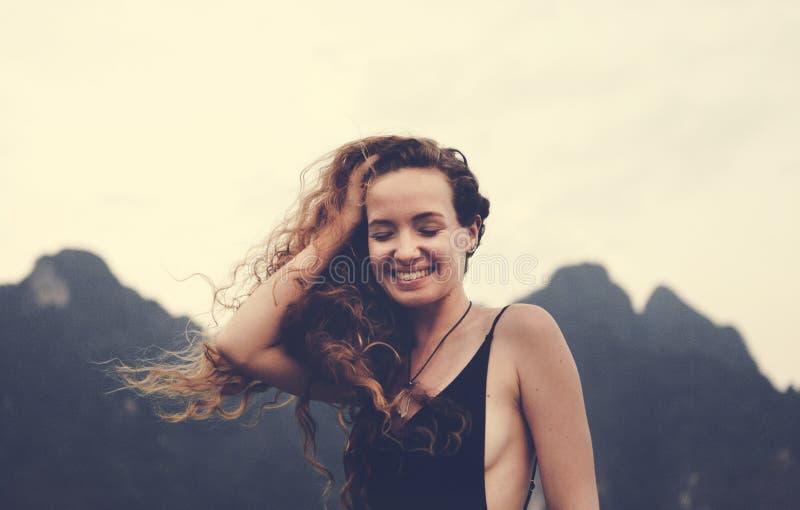 Mujer rubia que goza de la brisa del verano imágenes de archivo libres de regalías