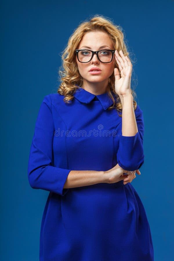 Mujer rubia que lleva el vestido azul fotografía de archivo libre de regalías