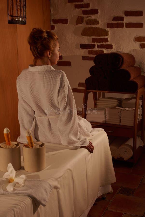 Mujer rubia que se relaja en salón del balneario imagen de archivo libre de regalías