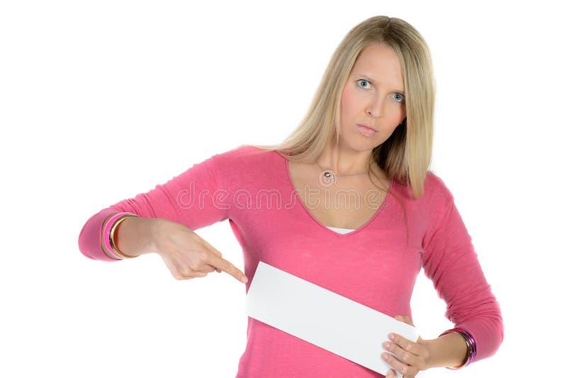 Mujer rubia que sostiene un anuncio en blanco imagen de archivo