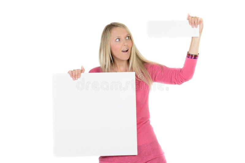 Mujer rubia que sostiene un anuncio en blanco imagen de archivo libre de regalías