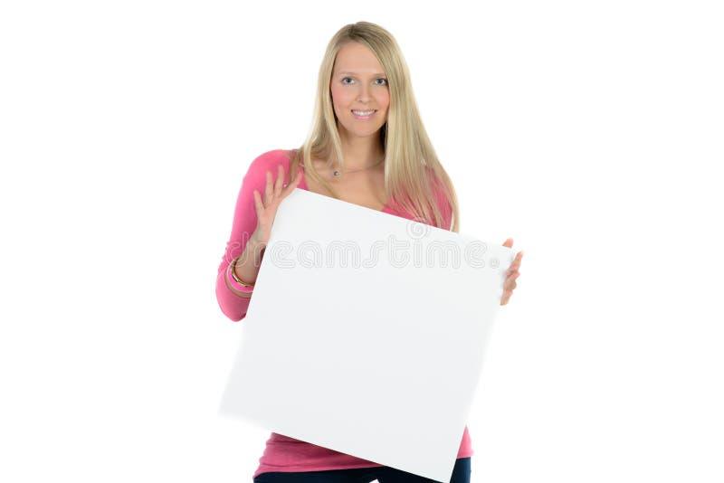 Mujer rubia que sostiene un anuncio en blanco fotos de archivo