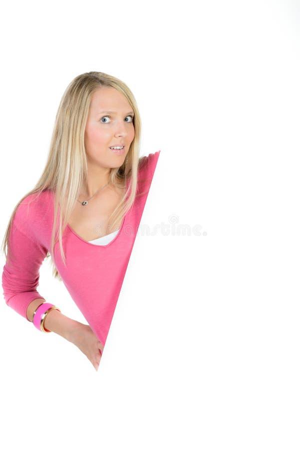 Mujer rubia que sostiene un anuncio en blanco imagenes de archivo