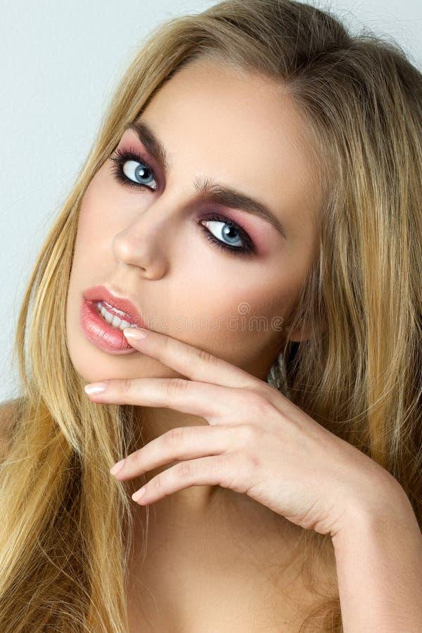 Download Mujer Rubia Que Toca Sus Labios Imagen de archivo - Imagen de uña, maquillaje: 41917905