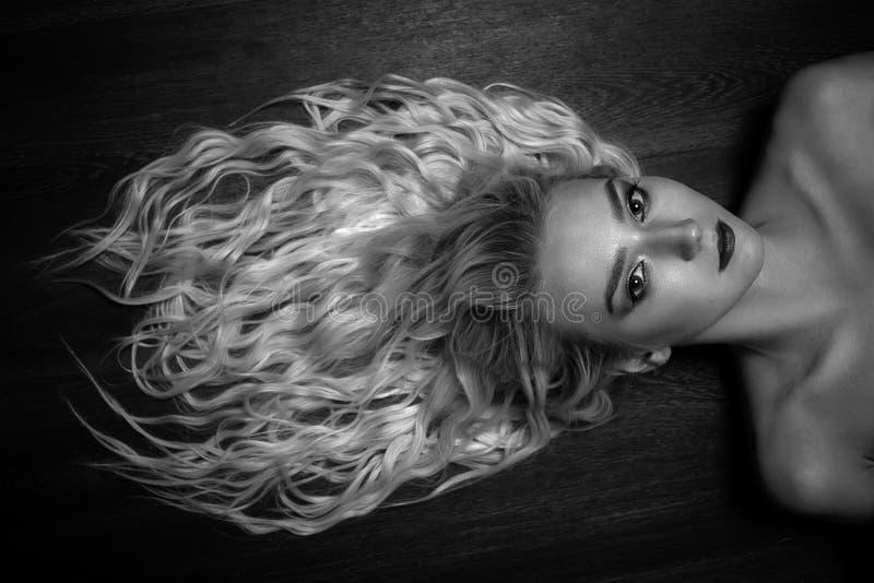 Mujer rubia sensual foto de archivo