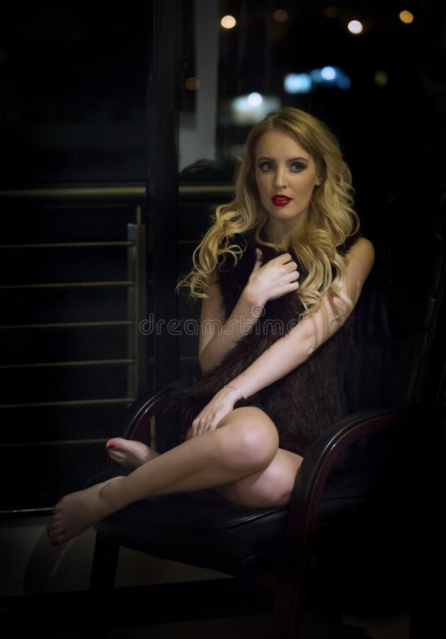 Mujer rubia sensual que presenta en sombras en la noche fotos de archivo libres de regalías