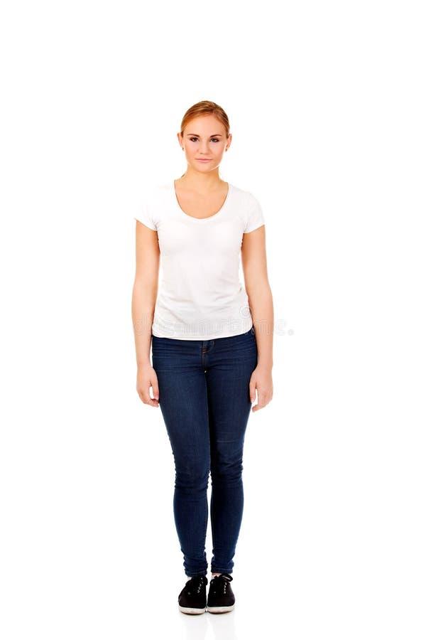 Mujer rubia sonriente de los jóvenes en la camiseta blanca fotografía de archivo libre de regalías