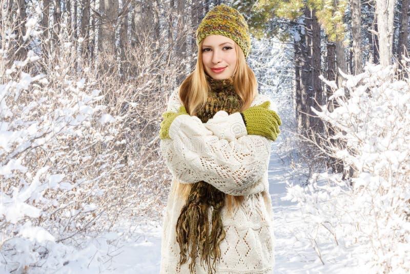 Mujer rubia sonriente elegante joven en la mezcla abigarrada hecha punto imagen de archivo libre de regalías