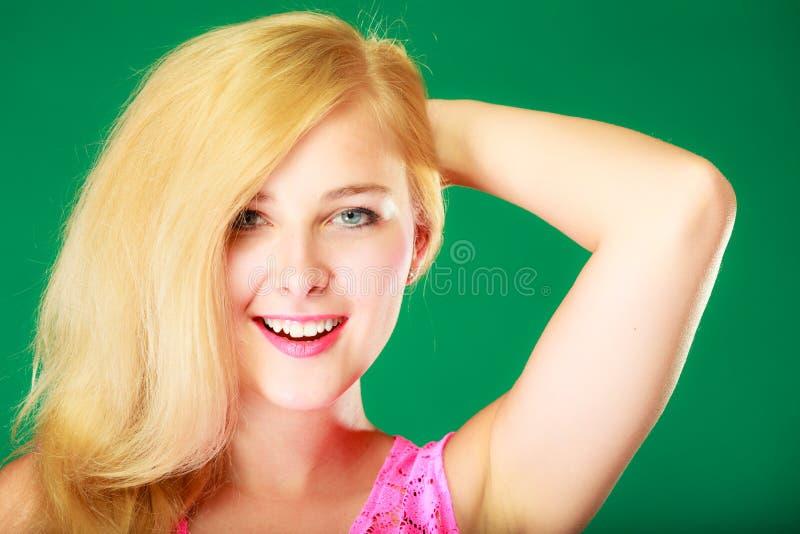 Mujer rubia sonriente feliz en top del rosa imágenes de archivo libres de regalías