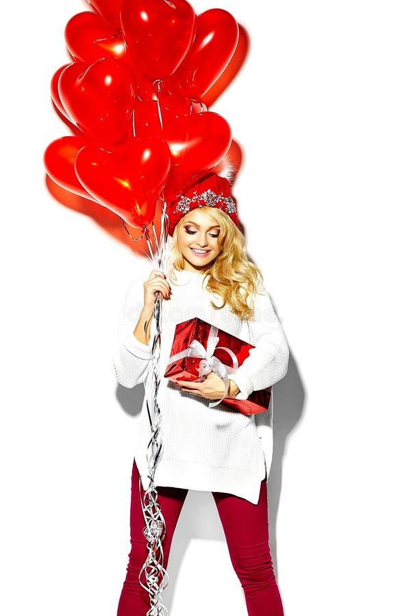 Mujer rubia sonriente linda dulce feliz en ropa elegante imagen de archivo libre de regalías