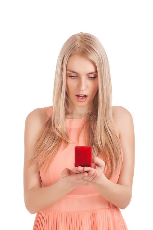 Mujer rubia sorprendida con el anillo en rectángulo imagen de archivo libre de regalías