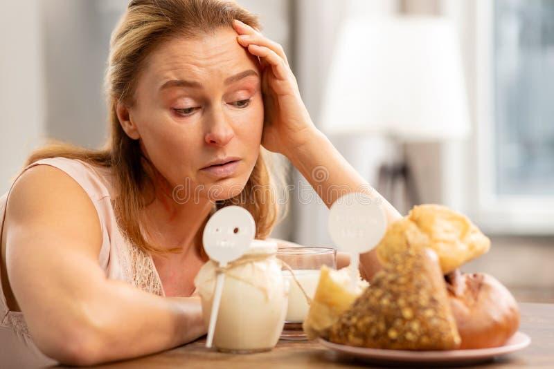mujer Rubio-cabelluda que tiene alergia al gluten y a la lechería imagen de archivo libre de regalías