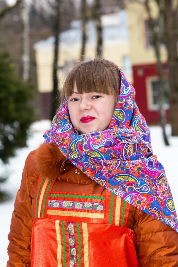 Mujer rusa en traje tradicional imagenes de archivo
