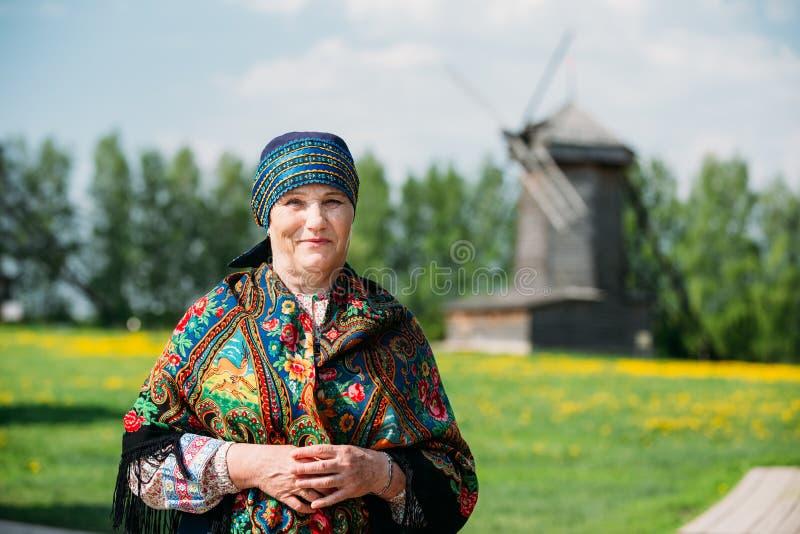 Mujer rusa en vestido ruso tradicional y fotografía de archivo