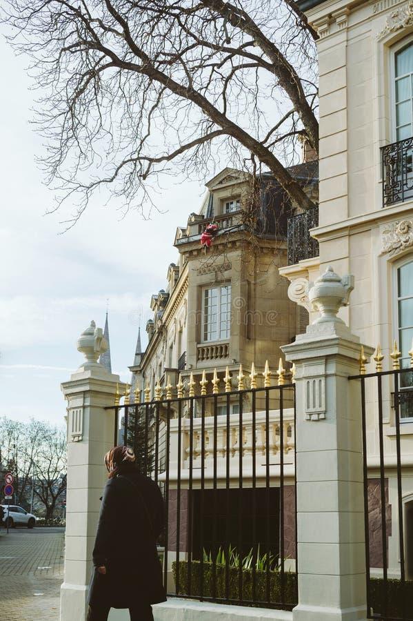 Mujer rusa que camina cerca del consulado ruso de la embajada foto de archivo libre de regalías