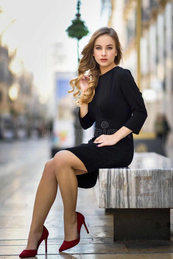 Mujer rusa rubia hermosa en fondo urbano foto de archivo libre de regalías