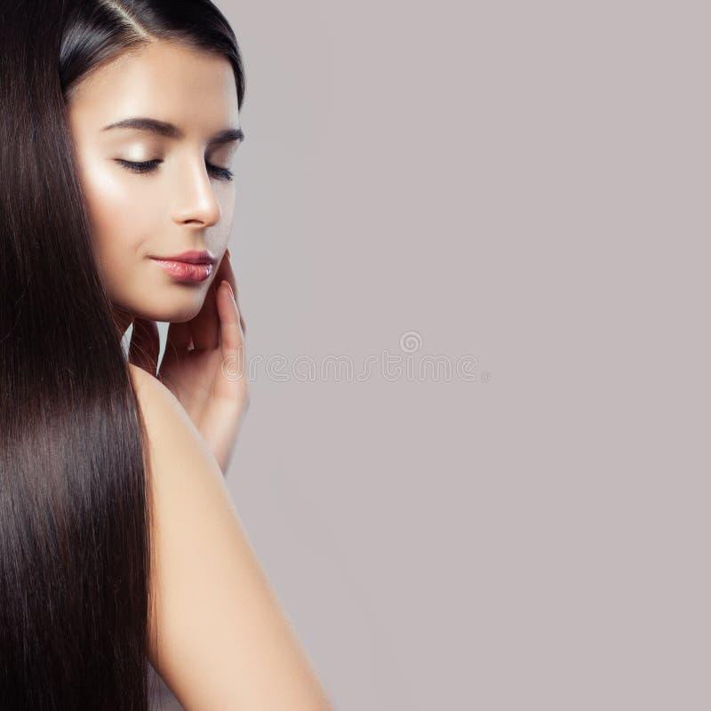 Mujer sana con el peinado recto Primer femenino hermoso de la cara fotos de archivo