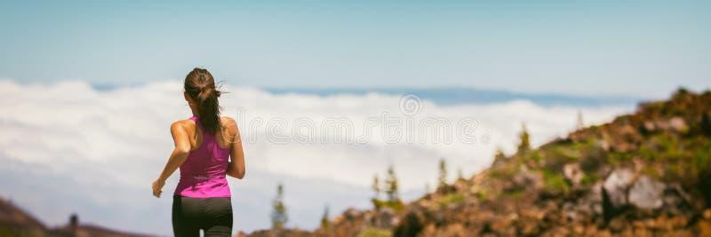 Mujer sana del deporte y del deporte de la forma de vida de la bandera de la salud que corre en el fondo de las montañas panorámi foto de archivo libre de regalías