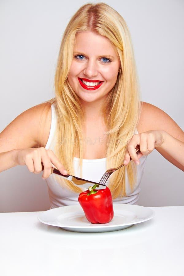Mujer sana feliz con pimienta imagenes de archivo