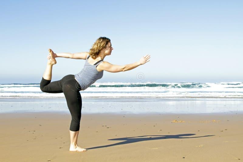 Mujer sana joven que hace ejercicios de la yoga foto de archivo libre de regalías