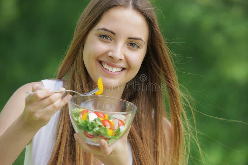 Mujer sana que come la ensalada fotos de archivo
