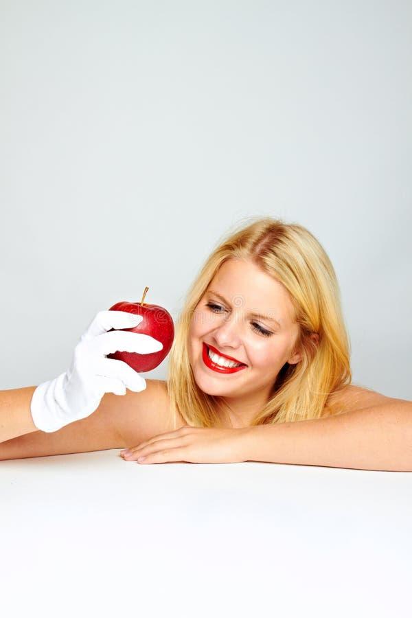 Mujer sana sonriente con la manzana imagen de archivo libre de regalías