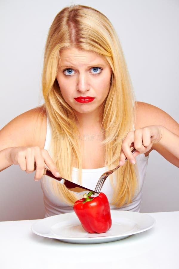 Mujer sana triste con la pimienta roja fotos de archivo