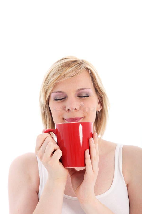 Mujer savouring una taza de café caliente imágenes de archivo libres de regalías