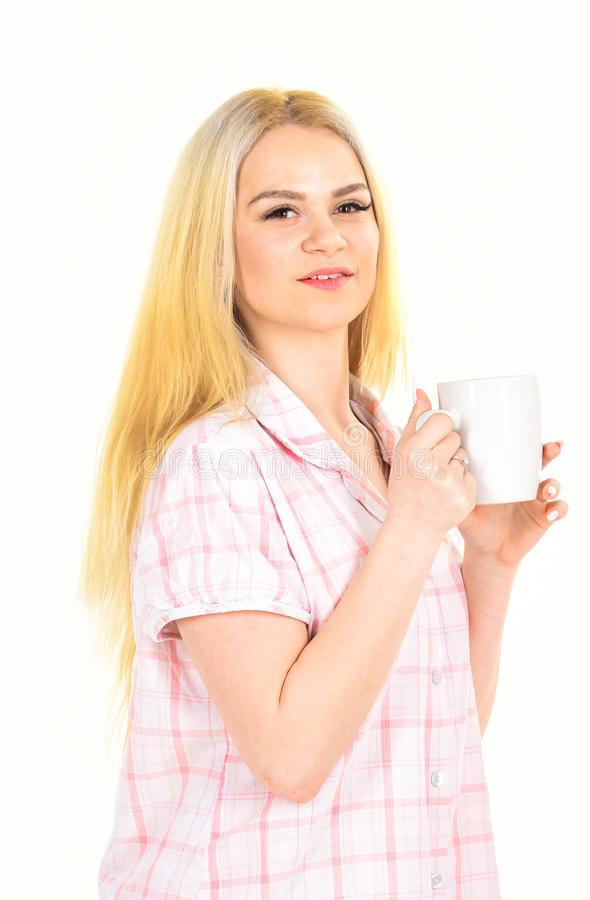 Mujer, señora joven atractiva en pijama Concepto del café de la mañana La muchacha en cara sonriente sostiene la taza, goza del c foto de archivo