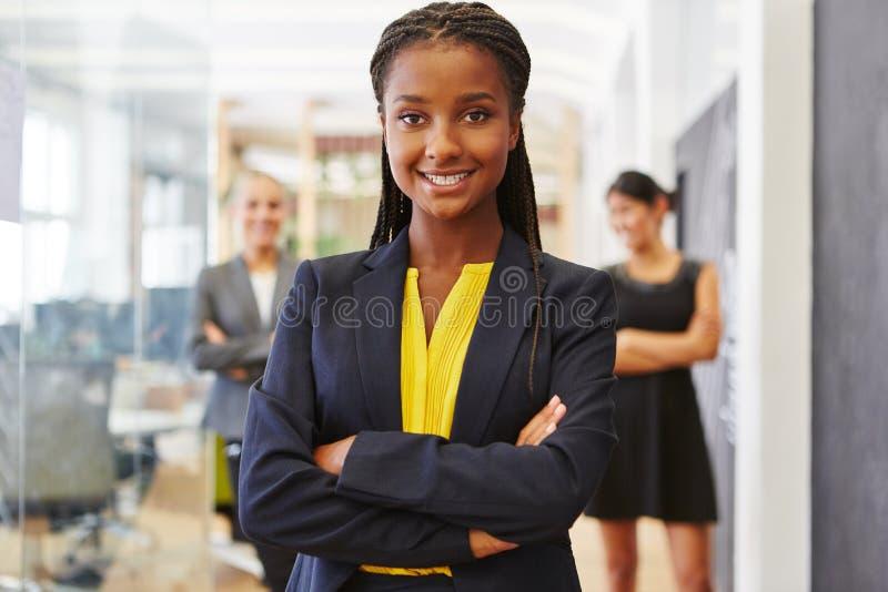 Mujer segura de sí mismo joven como empresaria imagenes de archivo